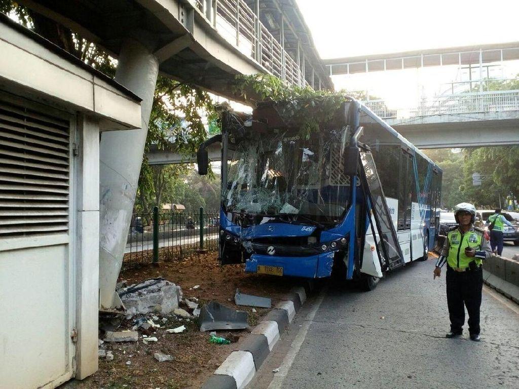 Bus TransJ Nabrak JPO Karena Hindari Penyapu Jalan