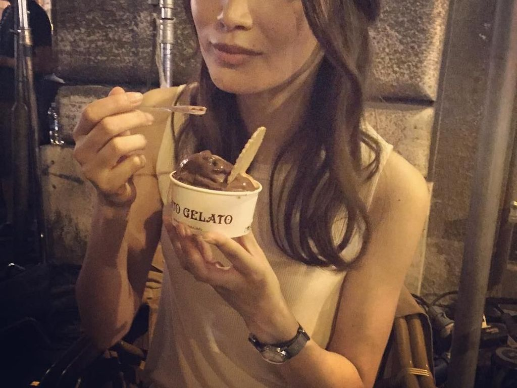 Sederhana dan Cantik! Gaya Gemma Chan Ngemil Es Krim dan Bikin Roti
