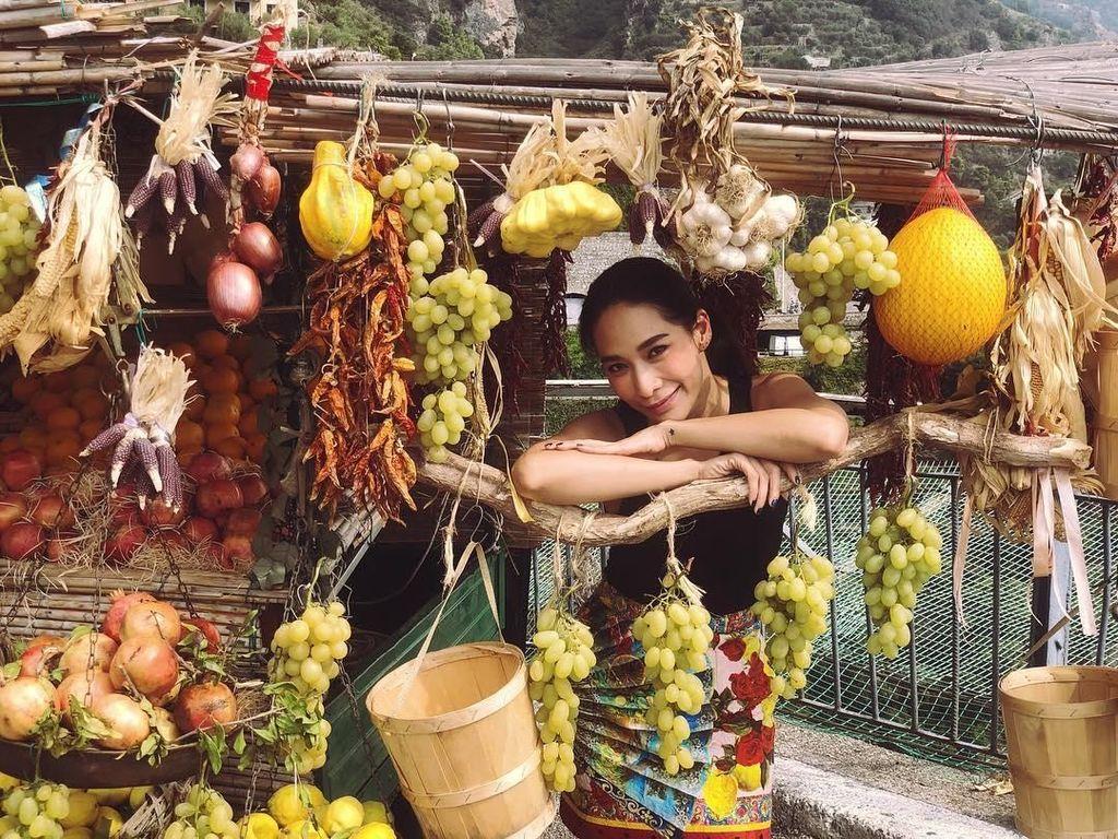 Cantiknya Pise Artis Thailand Chermarn Boonyasak Saat Ngopi dan Kulineran di Italia