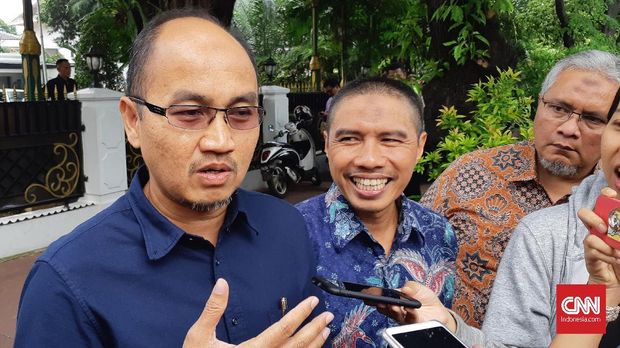 Sekretaris Umum DPW PKS DKI yang juga kandidat Wagub DKI Agung Yulianto (kemeja biru) usai bertemu Ketua DPRD DKI Jakarta Prasetio Edi Marsudi di Menteng, Jakarta, Selasa (25/9).