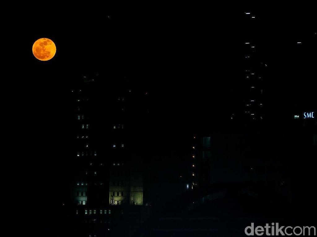 Cantiknya Bulan Purnama di Langit Jakarta Malam Ini
