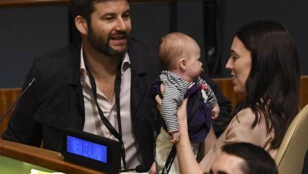 PM Selandia Baru Jacinda Ardern dan putrinya.