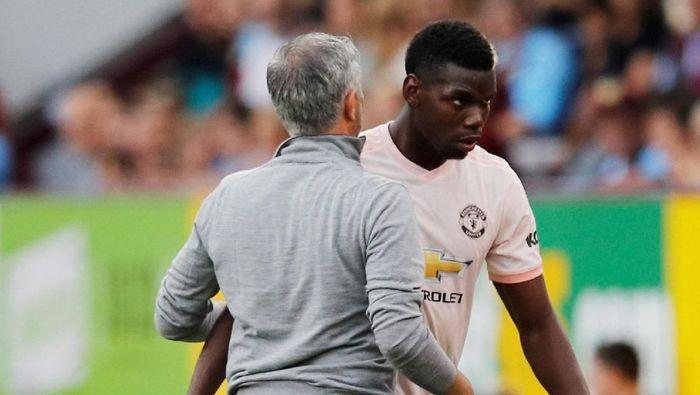 Jose Mourinho dikabarkan mencopot ban kapten dari lengan Paul Pogba (Phil Noble/Reuters)