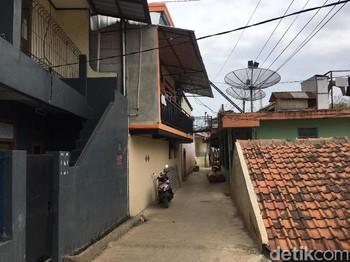 Kala Rumah Kos Menjamur di Atas Rel Sepur