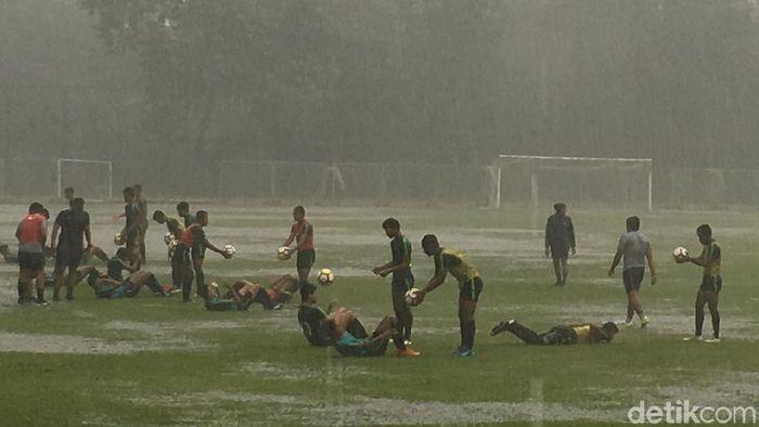 Timnas Indonesia U-16 berlatih di bawah hujan deras menjelang laga dengan India, Rabu (26/9). (Lucas Aditya/detikSport)