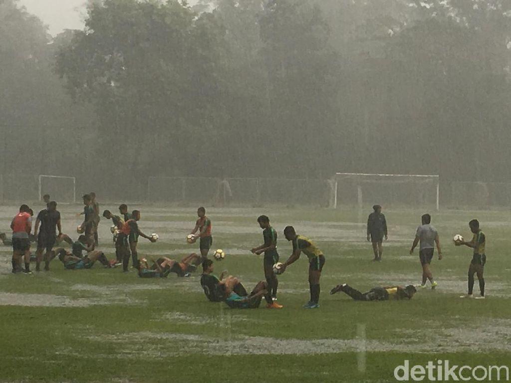 Jelang Lawan India, Latihan Timnas U-16 Diguyur Hujan Deras
