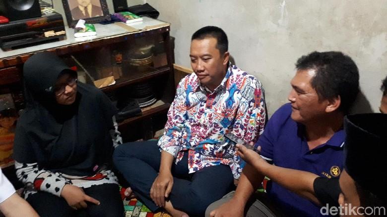 Melayat ke Rumah Haringga, Menpora Sampaikan Salam Duka Presiden