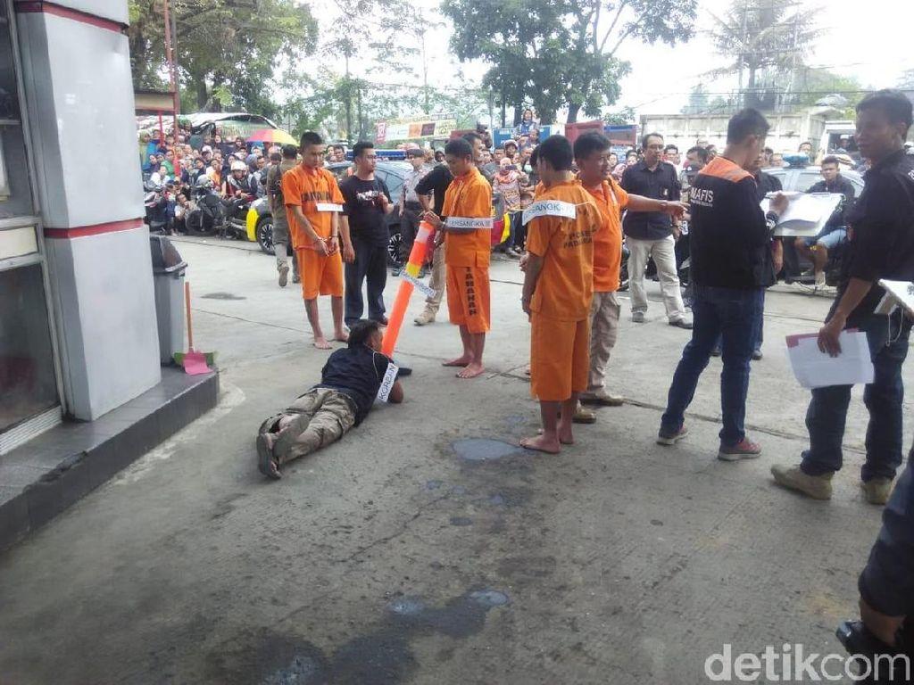 Jalani Rekonstruksi, Warga Soraki Pembunuh Pria Bandung Barat
