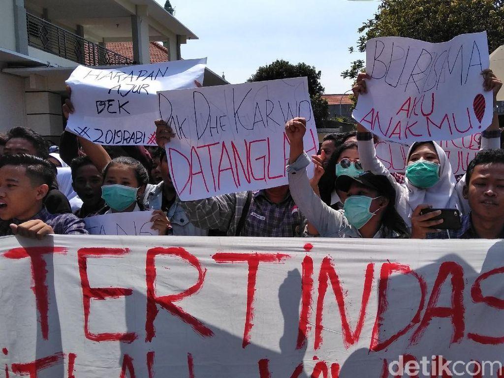 Ratusan Siswa SMKN 1 Surabaya Demo, Kecam Sekolah Lakukan Pungli