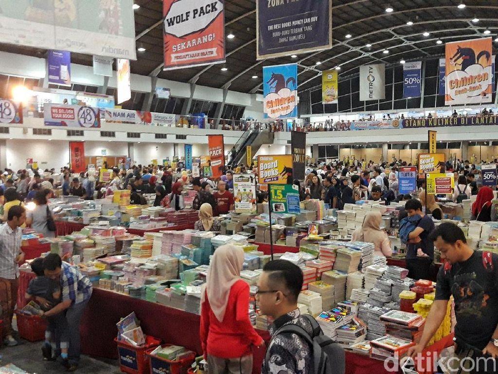 Serunya Anak-anak Berburu Buku di Big Bad Wolf Surabaya 2018