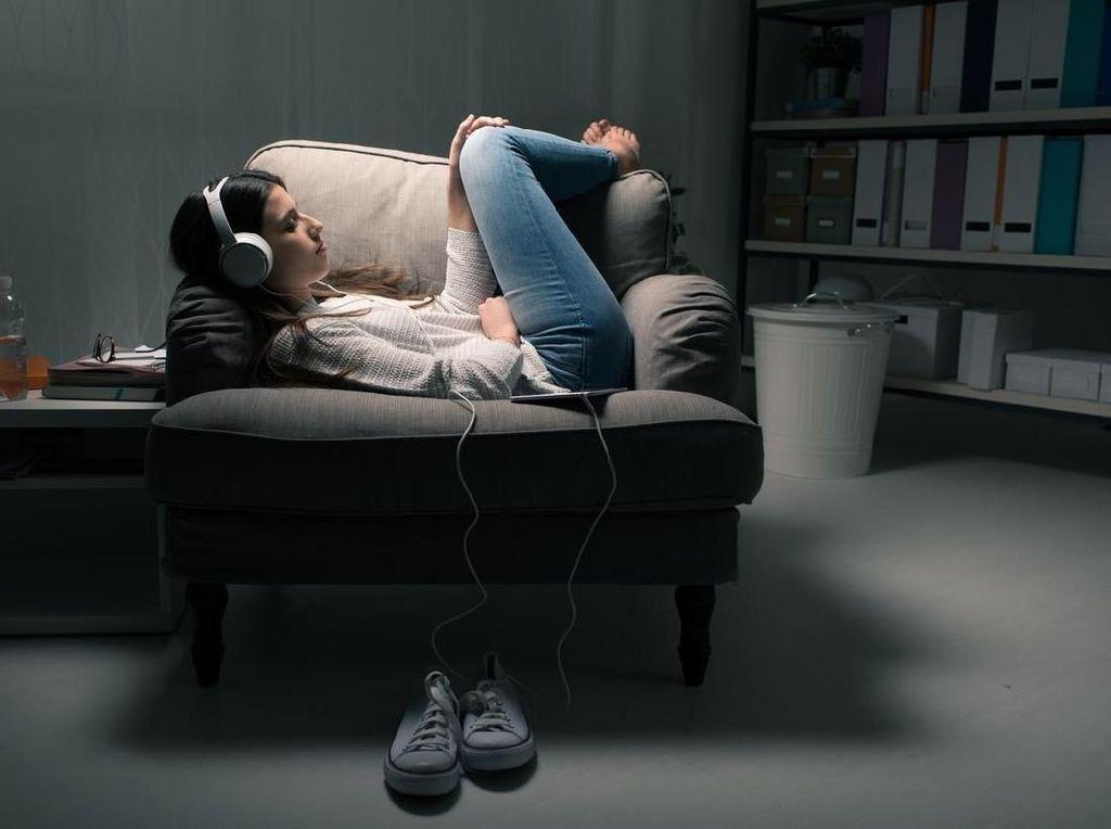 Pakai Earphone Sambil Ponsel Di-charge Bisa Sebabkan Kematian?