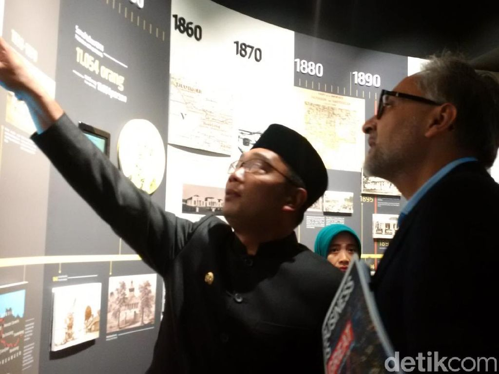 Ridwan Kamil Pamer Museum Gedung Sate kepada Dubes Inggris