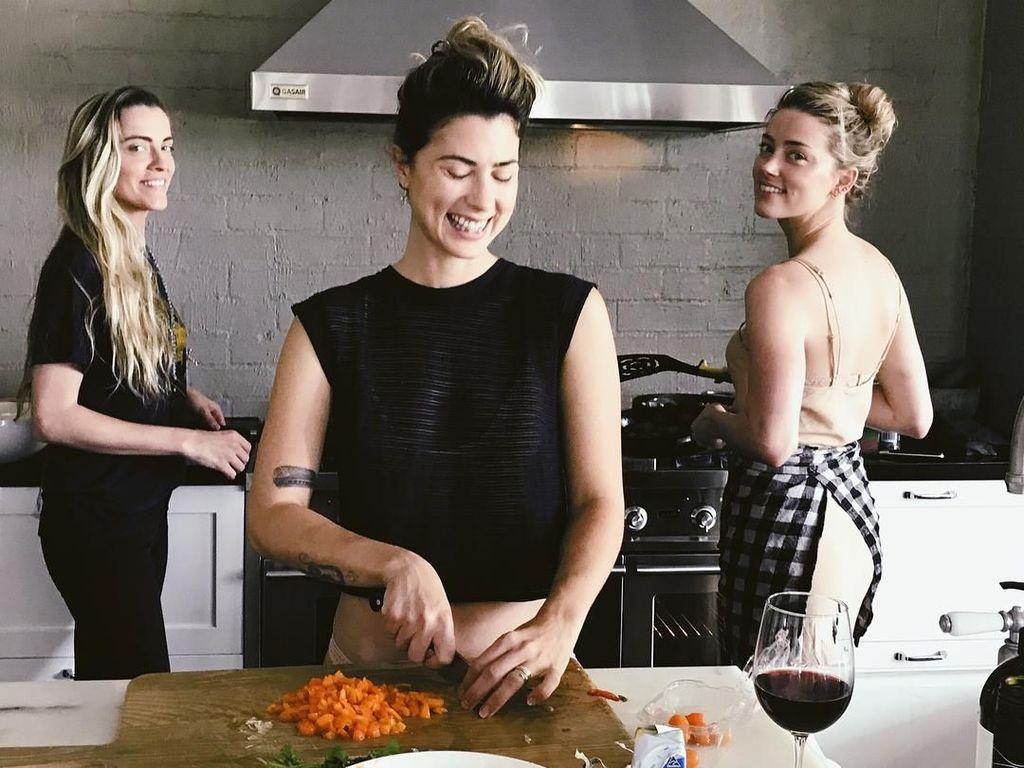 Hobi Masak, Ini Gaya Cantik Amber Heard Saat di Dapur