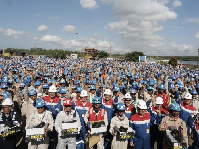 Direksi Pertamina mengapresiasi para pekerja Refinery Unit IV Cilacap atas 11 Juta Jam Kerja Aman Proyek Langit Biru Cilacap (PLBC)/Foto: Dok Pertamina