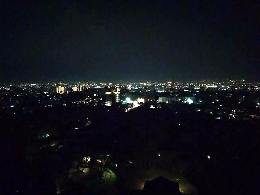 Bandung di Kala Malam dari Atas Ketinggian: Romantis