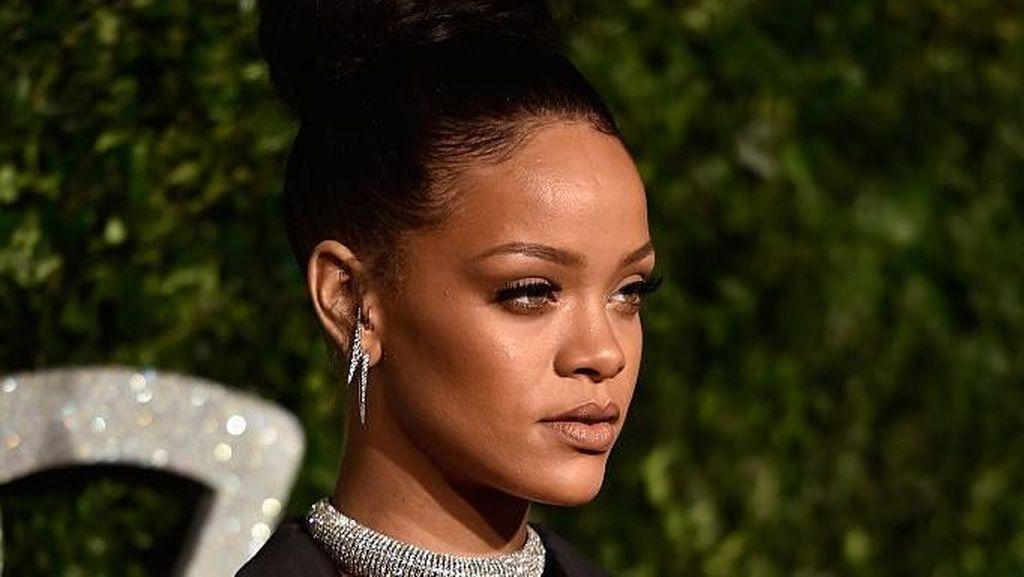 Merasa Dimanfaatkan, Rihanna Tuntut Ayahnya Sendiri