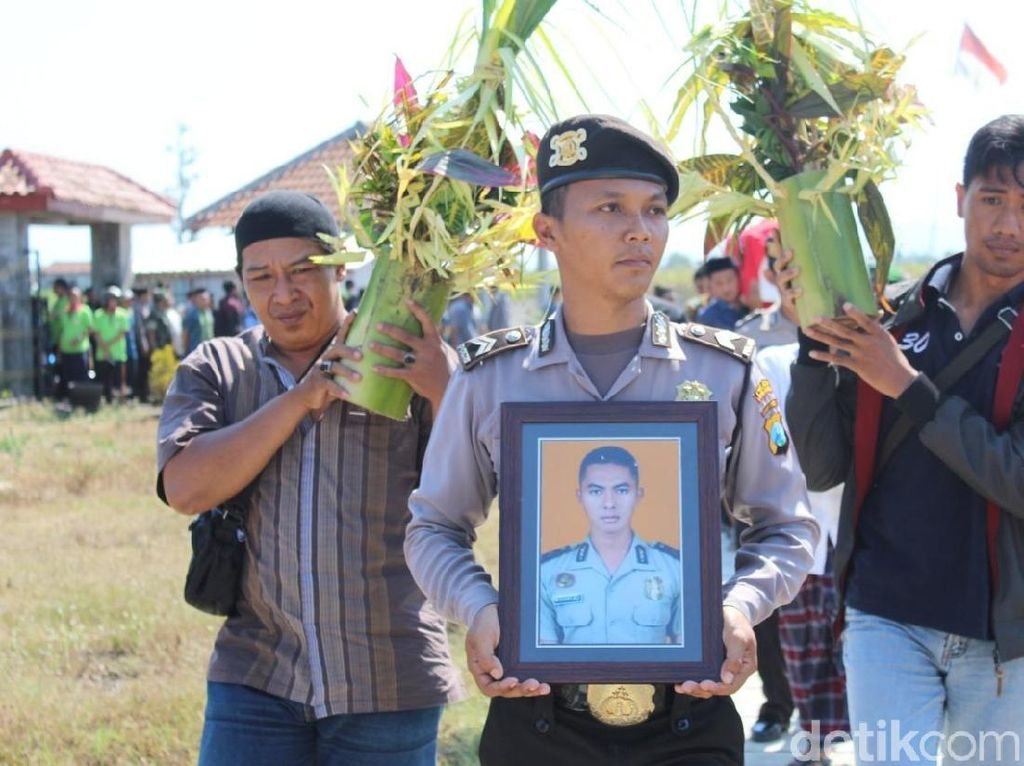 Tangis Haru Warnai Pemakaman Ajudan Kapolres Tulungagung