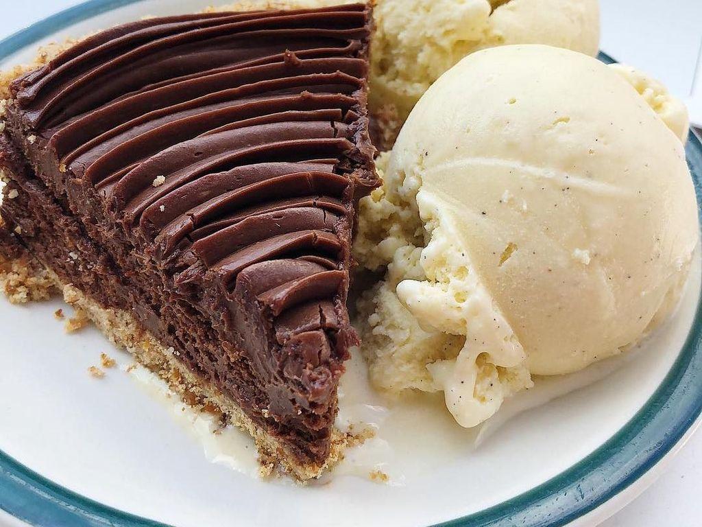 Legitnya Chocolate Pie Manis dan Lembut Untuk Teman Ngeteh