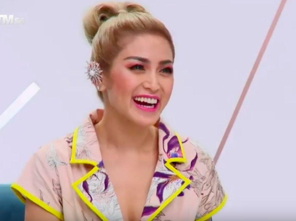 Foto: Gaya Jedar Jadi Juri Tamu Asias Next Top Model, Bikin Pangling!