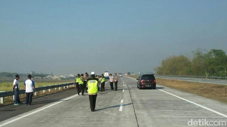 Polisi Olah TKP Kecelakaan Kapolres Tulungagung di Tol SuMo