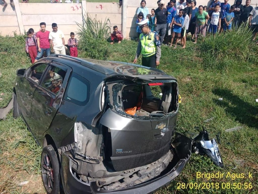 Minibus Pecah Ban di Tol Soroja, Dua Penumpang Luka Berat