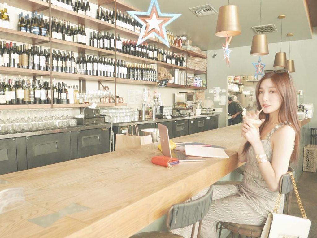 Cantiknya Tiffany Young Saat Ngopi dan Pose Bareng Gulali