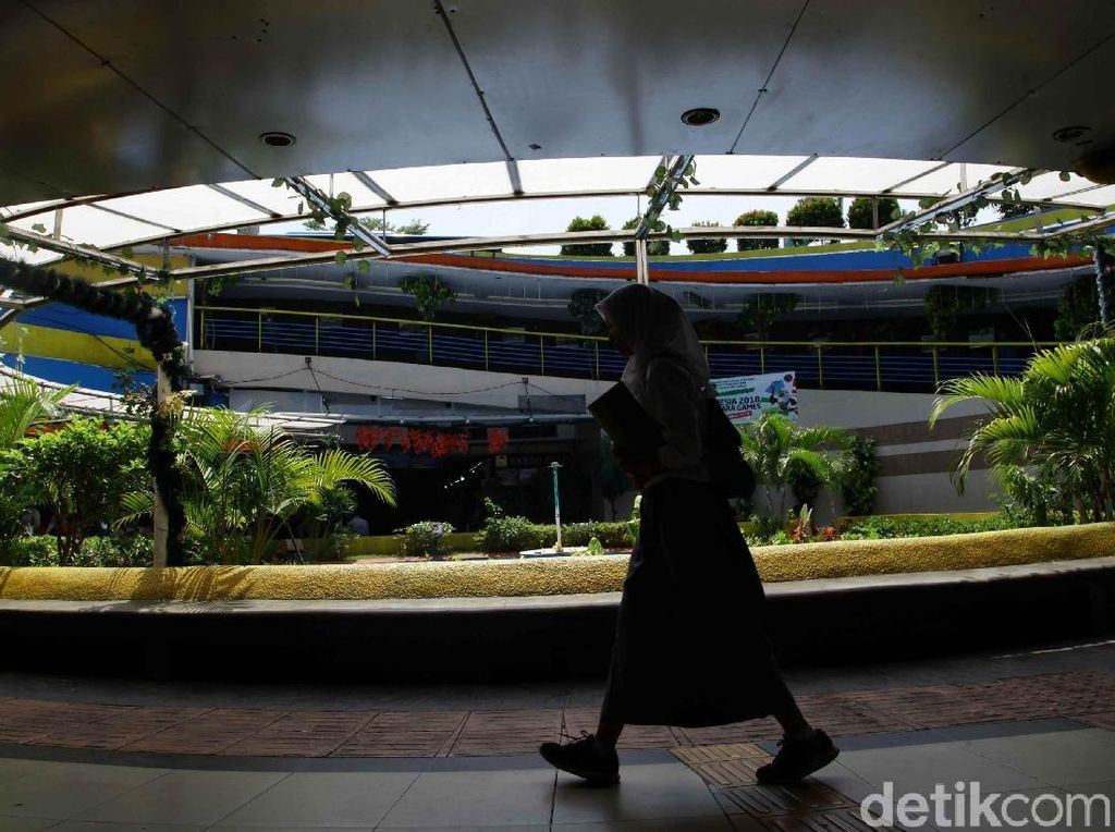 Potret Kesibukan di Terowongan Penyeberangan Kota Tua