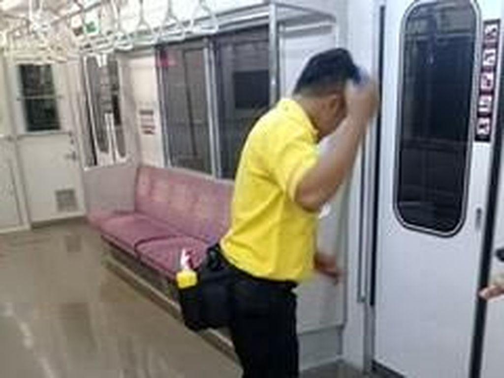 Aksi Petugas Bersihkan Bekas BAB Penumpang di Gerbong Wanita KRL