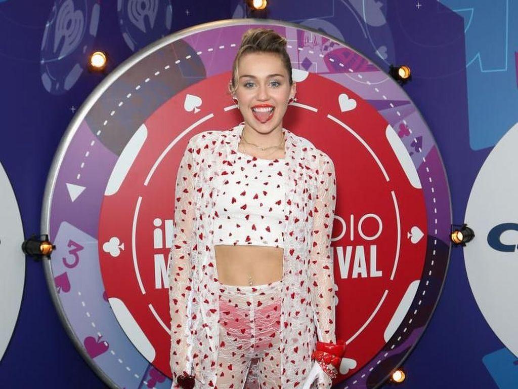 Kejutan Miley Cyrus untuk Heiley Bieber dan Kendall Jenner
