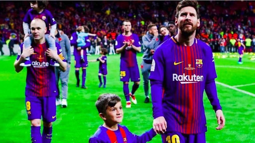 Momen Manis Pemain Barcelona Bersama Anak-anak