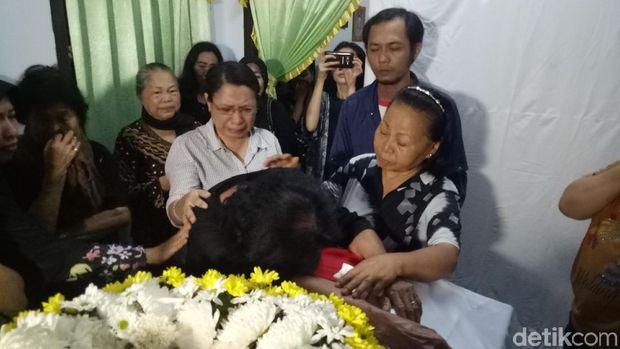 Nenek Anthonius pingsan ketika melihat mayat cucunya.