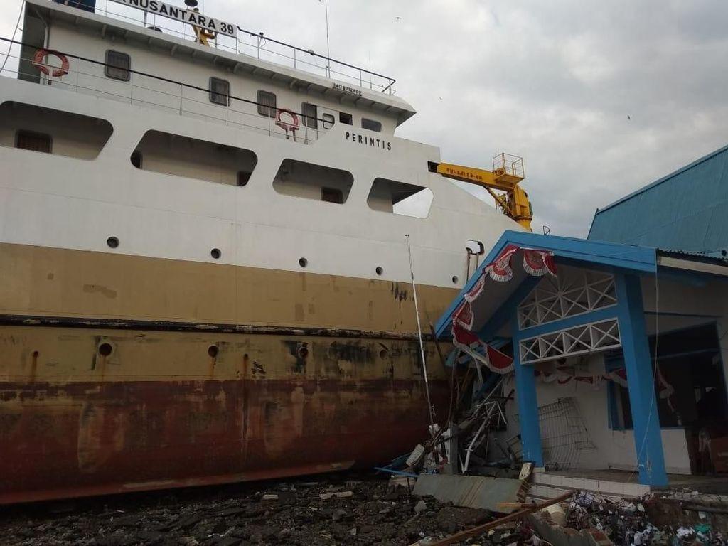 Potret Pasca Tsunami Palu: Kapal Naik ke Daratan-Bangunan Rusak