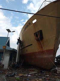 Kapal naik dan tabrak bangunan pasca tsunami di Palu