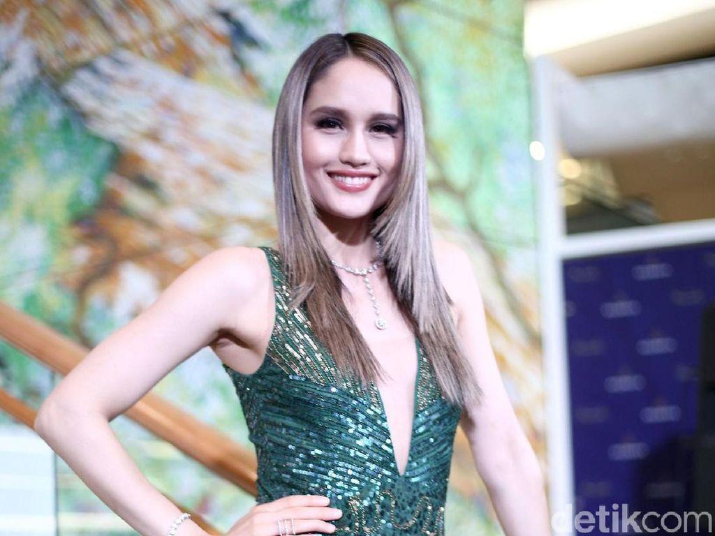 Seksinya Cinta Laura dengan Dress Hijau Belahan Rendah
