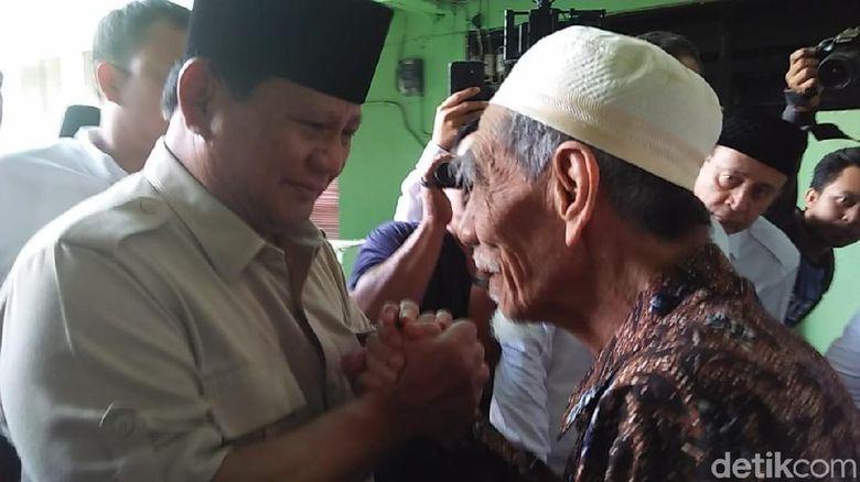 Begini Beda Sambutan Mbah Moen Terima Maruf Amin dengan Prabowo