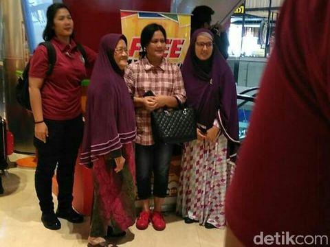Jokowi dan Iriana Momong Cucu di The Park Mall