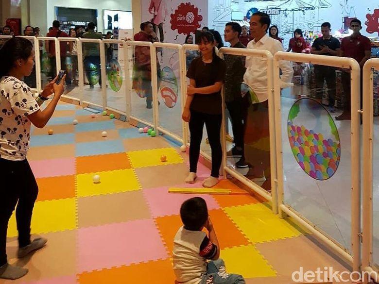 Jokowi dan Iriana Momong Cucu di The Park Mall Solo Baru