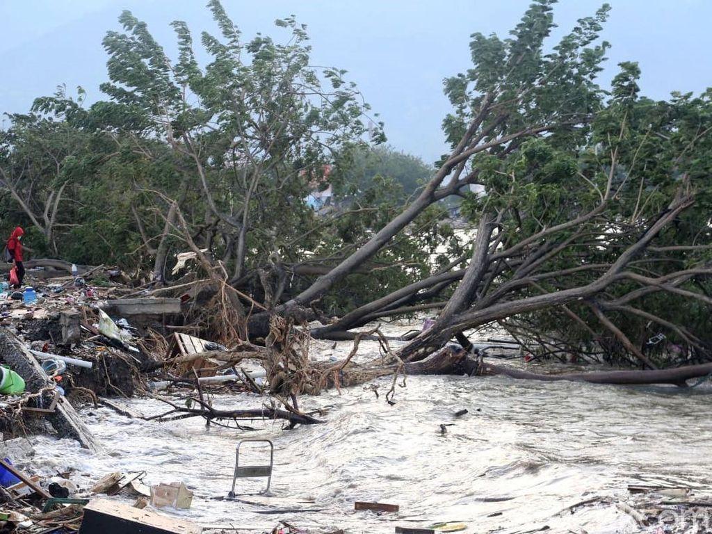 Muncul Lumpur Usai Gempa di Sigi Bikin Bangunan dan Pohon Jalan