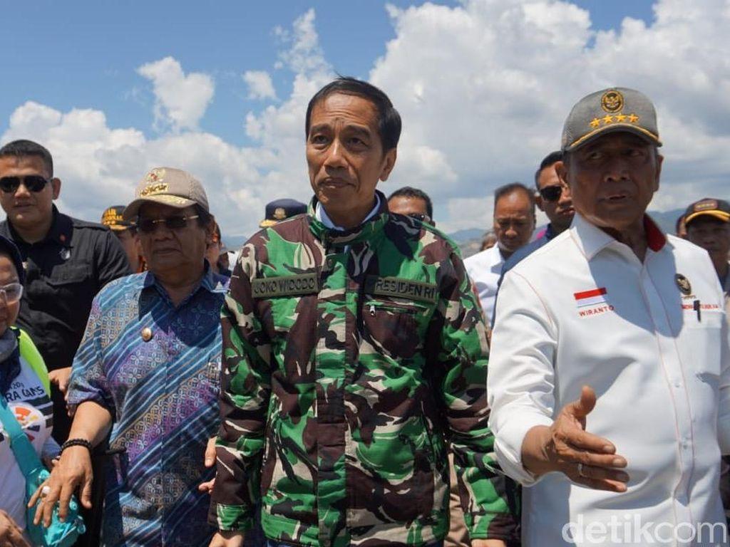 Foto: Jokowi Berjaket Loreng Saat Tiba di Palu