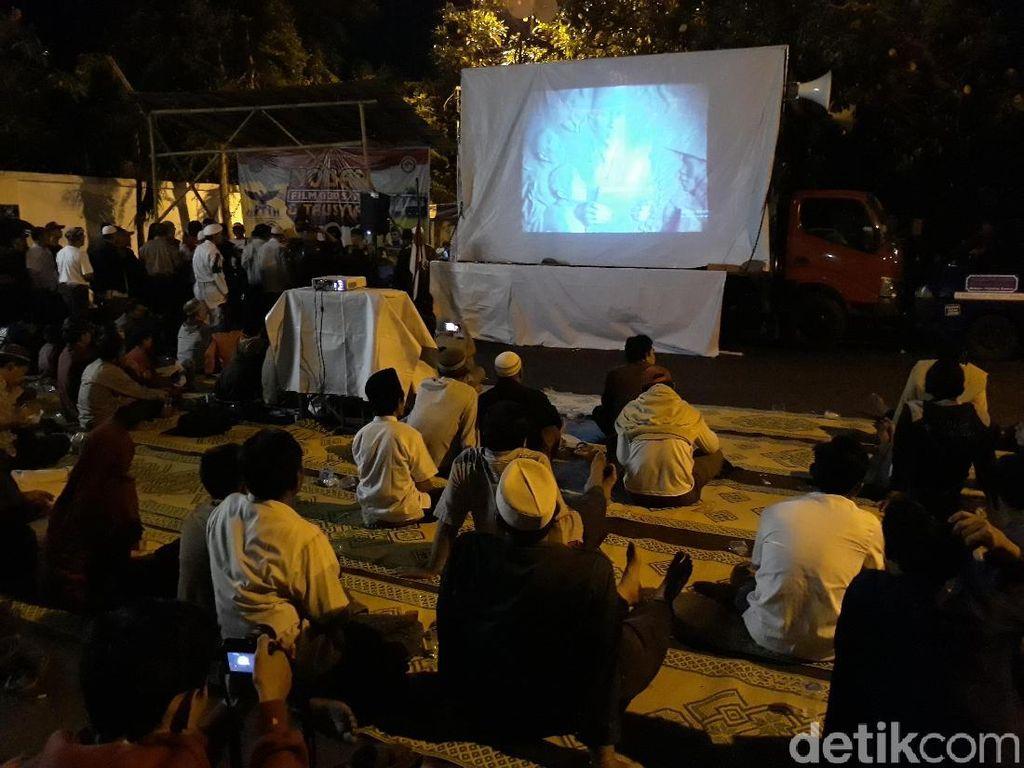 Nobar Film G30S/PKI Digelar di Depan Rumah Soeharto di Solo