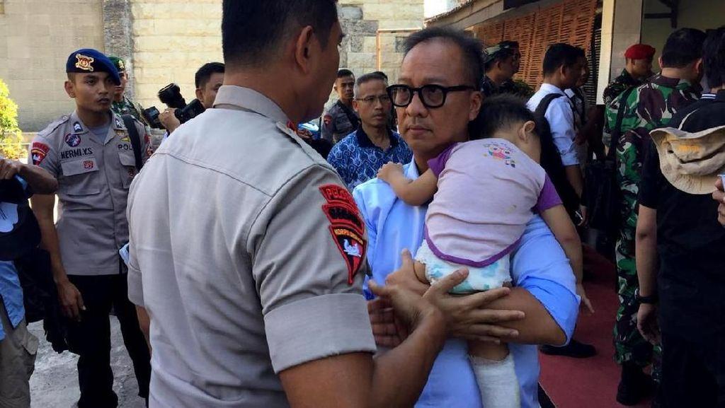 Mensos Agus Gumiwang Gendong Balita di Lokasi Gempa Palu