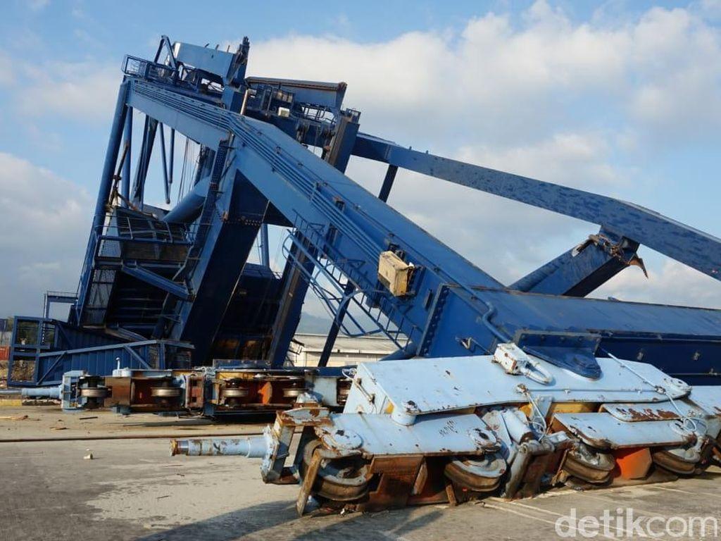 Penampakan Crane Luluh Lantak di Pelabuhan Diterjang Tsunami