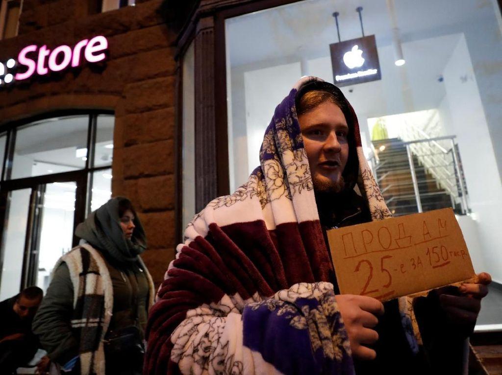Ratusan Joki Antrean iPhone di Moskow Gigit Jari