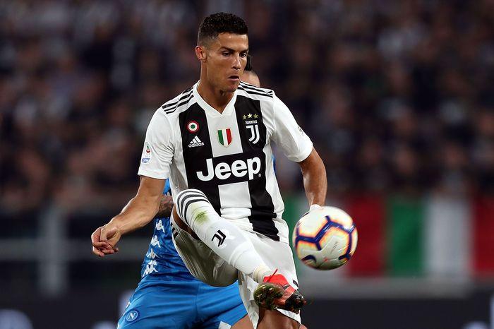 Menurut data yang dilansir KPMG Football (per 1 Oktober 2018), Ronaldo saat ini memiliki 340 juta pengikut di media sosial (penduduk Indonesia tahun ini diprediksi berjumlah 264 juta). Ronaldo punya pengikut terbanyak di Facebook (123 juta), lalu Instagram (143 juta) dan Twitter (75 juta). (Gabriele Maltinti/Getty Images)