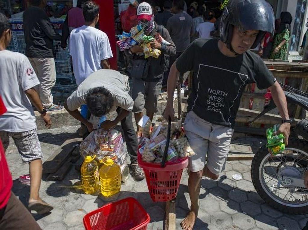 Foto: Korban Gempa Ramai-ramai Ambil Barang Minimarket di Palu