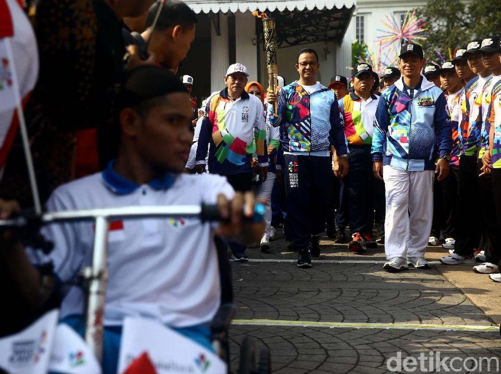 Pawai Obor Asian Para Games di Balai Kota Meriah Banget
