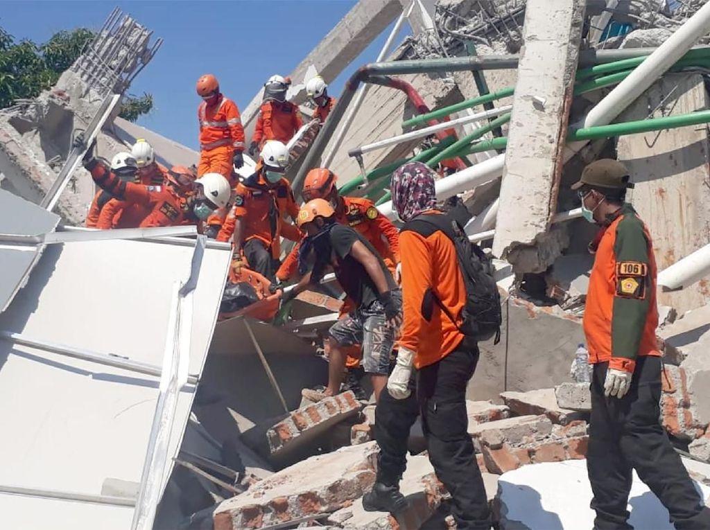 Petugas Terus Berupaya Evakuasi Korban Selamat di Hotel Roa Roa Palu