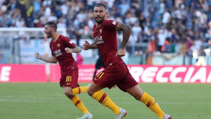 Aleksandar Kolarov menjadi pemain kedua yang pernah mencetak gol untuk AS Roma dan Lazio di laga derby (Foto: Tony Gentile/Reuters)