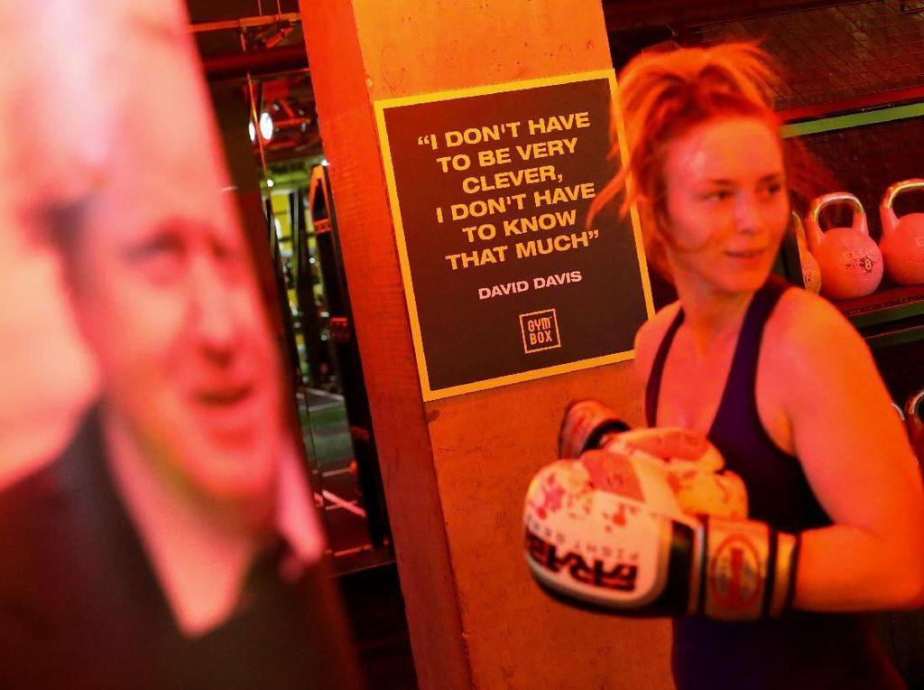 Di Inggris Ada Olahraga Unik: Gebukin Tokoh Politik!