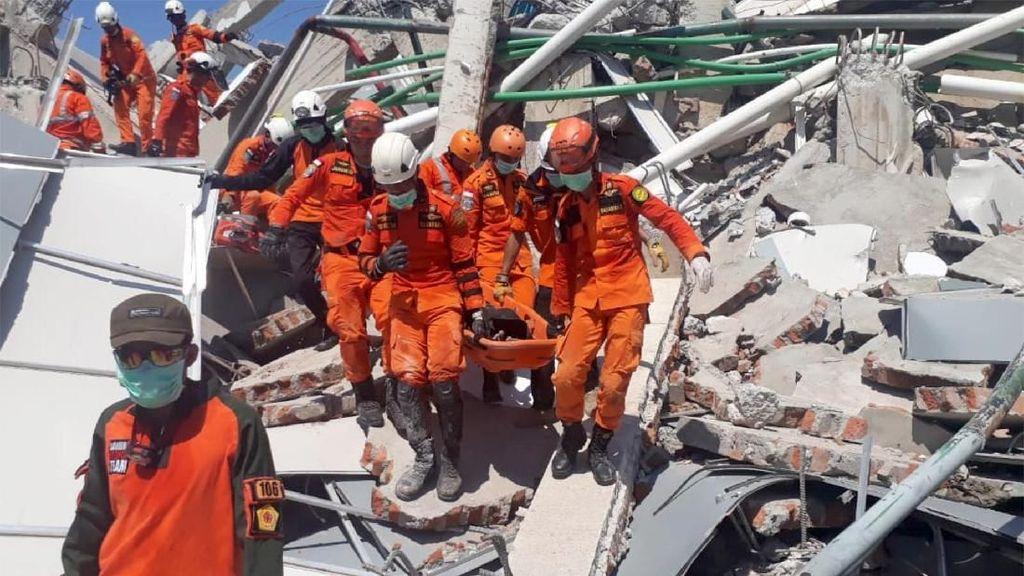Foto: Evakuasi Korban Gempa dari Reruntuhan Hotel Roa Roa Palu